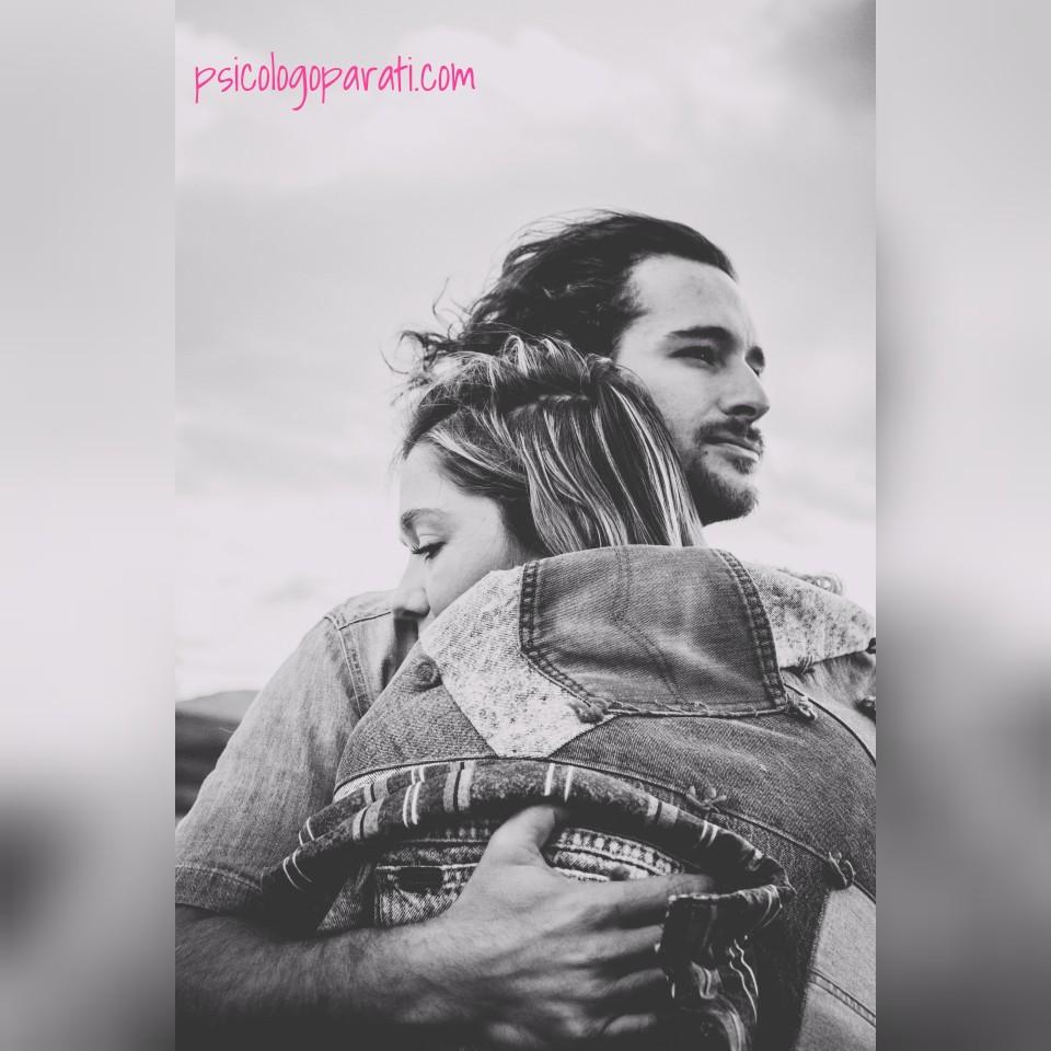 chico abrazando a chica para mejorar su inteligencia emocional