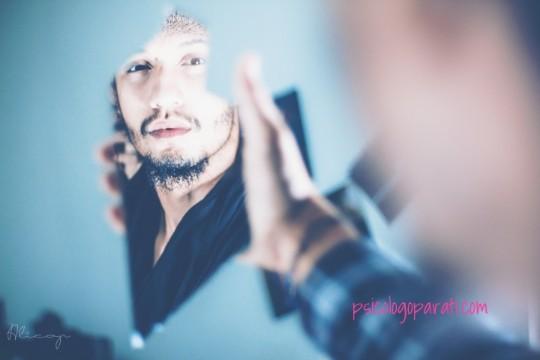 hombre mirándose al espejo para entender las emociones que siente