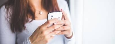 mujer psicologa que realiza psicoterapia por internet a traves del movil