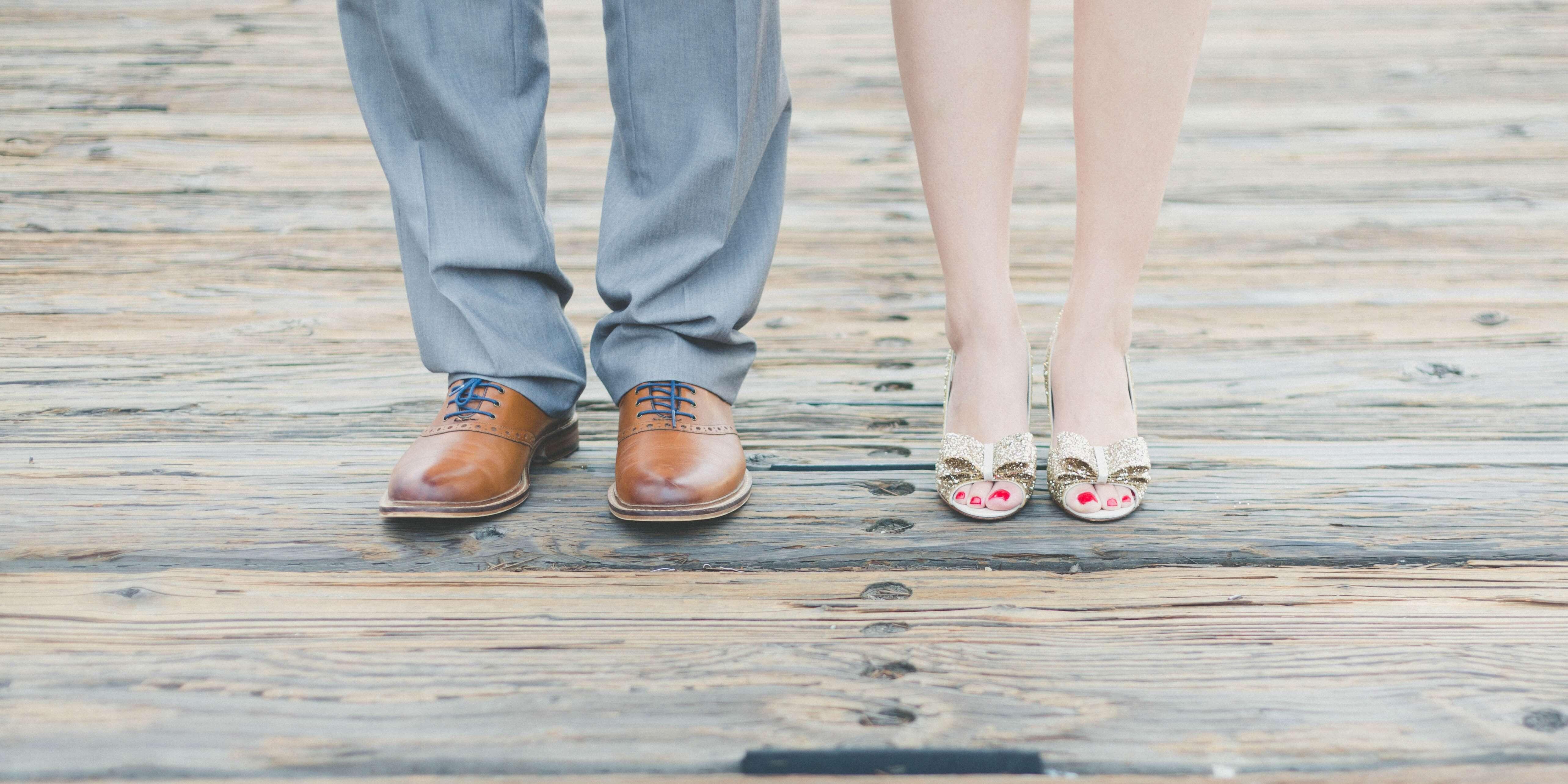 relación de pareja de un hombre y mujer donde solo se ven los zapatos y las piernas