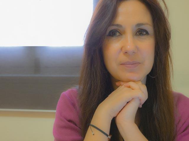 retrato de una mujer morena psicóloga por internet paula massa
