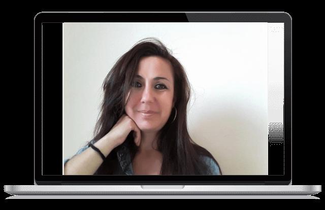 retrato de mujer morena dentro de un portátil que es psicólogo online en españa
