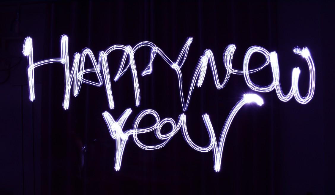 happy new year en letras de neón para empezar el año con buen pie